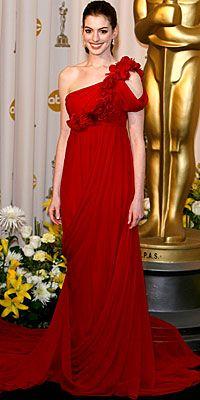 Anna Hathaway sezon modası tek omuzlu elbiselerle asaletini daha bir pekiştirmiş.